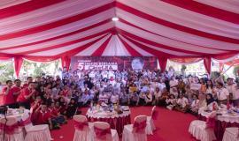 Menkominfo Rudiantara foto bersama seluruh civitas Kemkominfo pada acara Syukuran 5 Tahun bersama Chief RA dan seluruh civitas Kemkominfo di Lapangan Anantakupa, Jakarta (22/10).