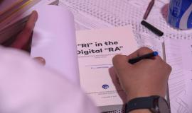 Menkominfo Rudiantara menandatangani buku edisi khusus tentang hasil kerja Menkominfo selama 5 tahun di Jakarta (22/10).