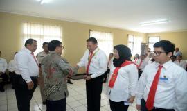 Plt Direktur Pengendalian SDPPI Dwi Handoko memberikan sertifikat kepada perwakilan peserta Diklat PPNS di Lemdiklat Polri, Bogor (03/03/2020)