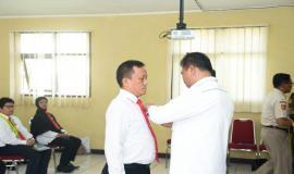 Pelepasan  tanda  peserta diklat PPNS yang diwakili oleh Luthfi Kasi Pemantauan dan Penertiban Balai Monitor Kelas I Bandung (03/03/2020)