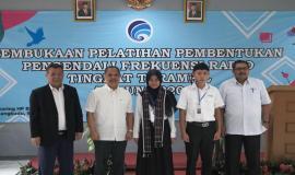 Dirjen SDPPI bersama Sesditjen SDPPI foto bersama dengan perwakilan peserta sekaligus meresmikan kegiatan Pembukaan Pelatihan Pembentukan Pengendali Frekuensi Radio Tingkat Terampil (11/3).