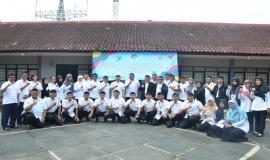 Dirjen SDPPI Ismail beserta para Direktur foto bersama dengan peserta Pelatihan Pembentukan Pengendali Frekuensi Radio Tingkat Terampil (11/3).