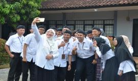 Kasubdit Standardisasi Teknologi Informasi Andi Faisa foto bersama dengan para peserta Pelatihan Pembentukan Pengendali Frekuensi Radio di Stasiun Monitoring HF Cangkudu (11/3).