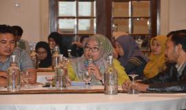 Salah satu peserta kegiatan Workshop Aplikasi Sistem Informasi Manajemen dan Akuntansi Barang Milik Negara (SIMAK BMN) dan Persediaan memberikan pertanyaan kepada narasumber (13/3).