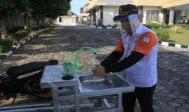 Peserta Ujian Negara Amatir Radio (UNAR) harus mengikuti protokol kesehatan dengan mencuci tangan sekaligus menggunakan masker selama kegiatan berlangsung (13/6).