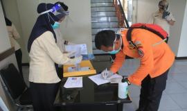 Peserta Ujian Amatir Radio Negara (UNAR) mengisi daftar hadir acara (13/6).