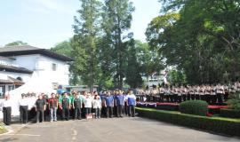 Para peserta upacara yang tergabung pada Komunitas Postel dengan khidmat mengikuti upacara peringatan Hari Bhakti Postel ke-64