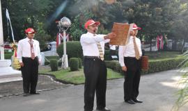 Petugas upacara Peringatan Hari Bakti Postel Ke-64 sedang membacakan teks Pancasila dan UUD 1945